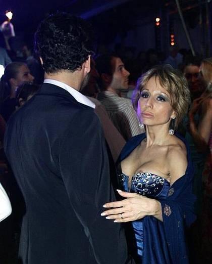 Видимо, поэтому, такие мелочи, как сползающий с бюста наряд, казались главе семейной медиаимперии Берлускони, совершенно несущественными.
